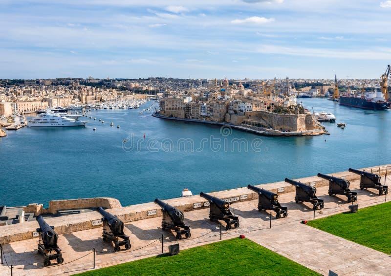 Sikt från övreBarrakka trädgårdar, i Valleta, Malta royaltyfri foto
