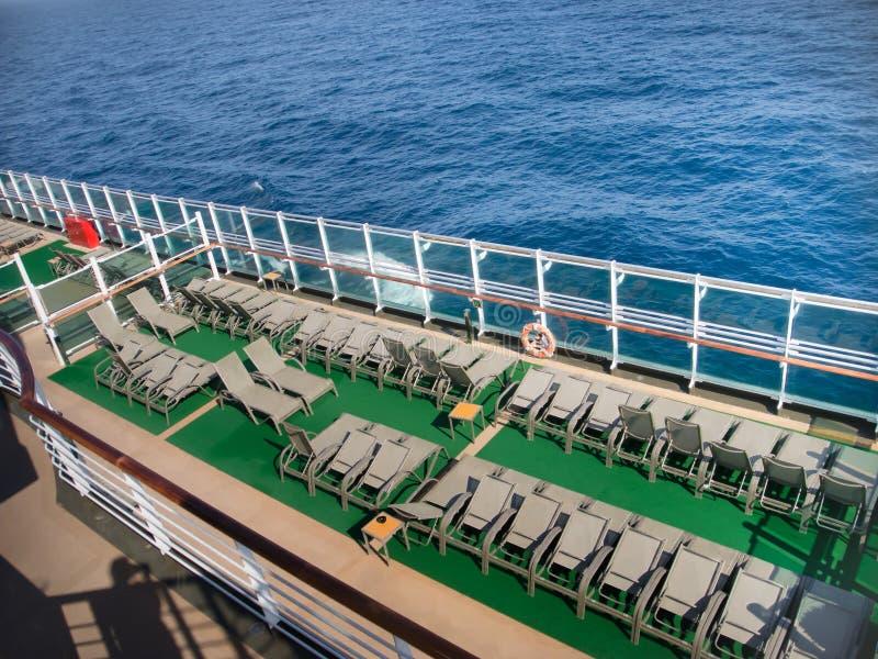 Sikt från övredäcket av kryssningskeppet arkivfoton