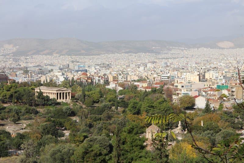 Sikt från akropol till den forntida marknadsplatsen med templet av Hephaestus, Aten royaltyfria bilder