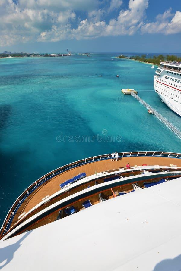 Sikt från akter av det stora kryssningskeppet - Nassau Bahamas royaltyfria bilder