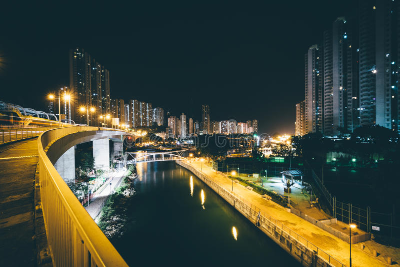 Sikt från Apen Lei Chau Bridge på natten, i Hong Kong, Hong Ko arkivbilder