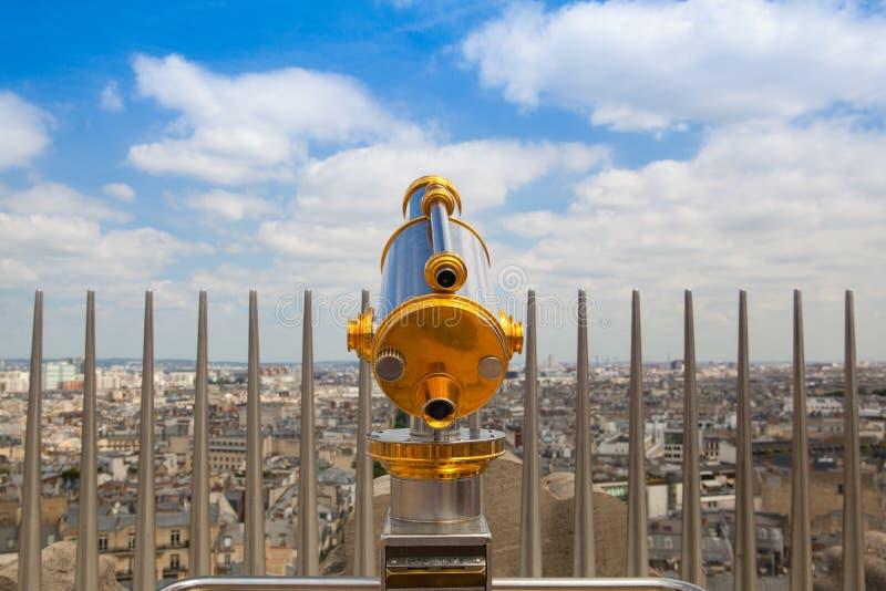Sikt från Arc de Triomphe och det turist- teleskopet i Paris, royaltyfri bild