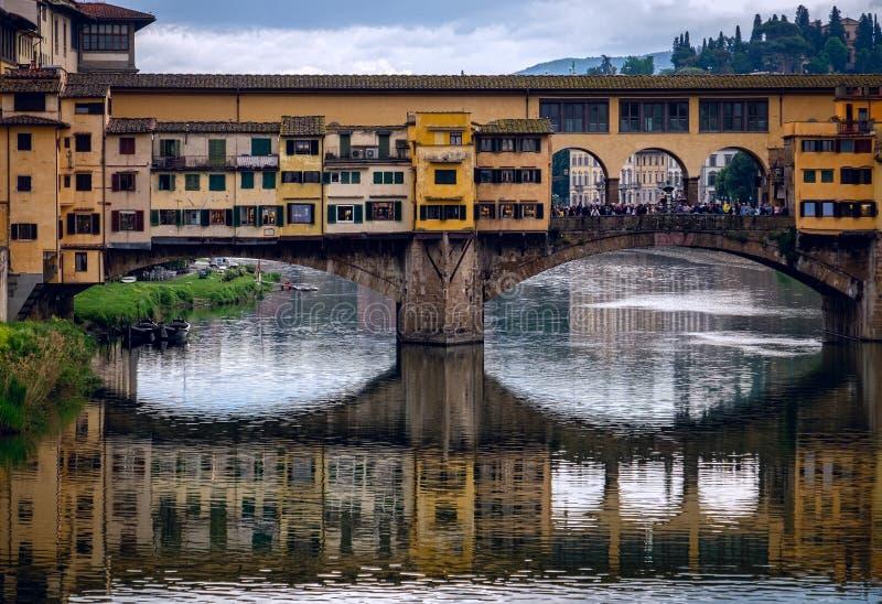 Sikt från Arno River till den Ponte Vecchio bron Den gamla staden av Florence italy royaltyfria foton