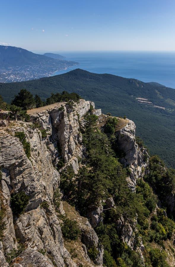 Sikt från berget Ai Petri nära Yalta royaltyfri fotografi
