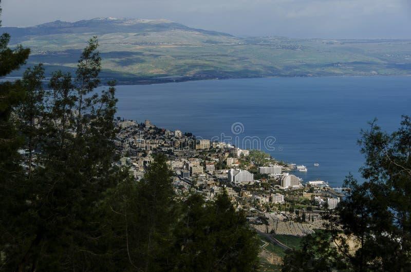 Sikt från berget på den Tiberius staden och havet av Galilee royaltyfri fotografi