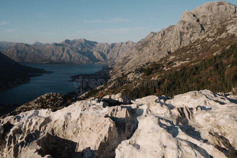 Sikt från berget till Bokoen Kotor och staden av Kotor i Montenegro fotografering för bildbyråer