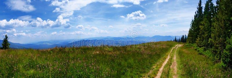 Sikt från Beskidy berg Polen royaltyfri foto