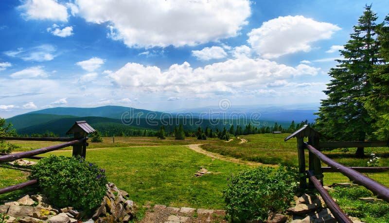 Sikt från Beskidy berg Polen, Rysianka royaltyfri foto