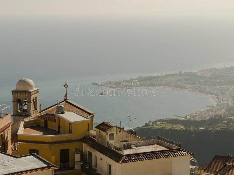 Sikt från Castelmola Italien med kusten i bakgrunden royaltyfri bild