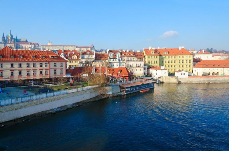 Sikt från Charles Bridge till invallningen av den Vltava floden och den Kampa ön, Prague, Tjeckien royaltyfria foton