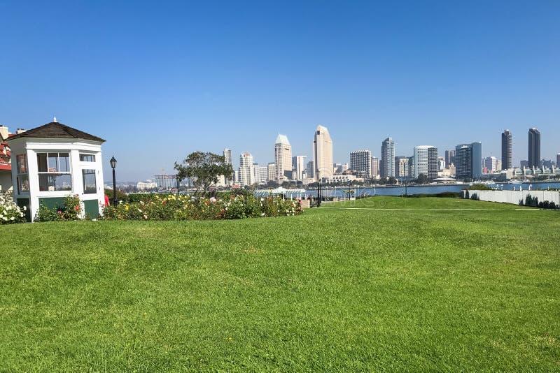 Sikt från Coronado, Kalifornien, av San Diego horisont royaltyfri foto