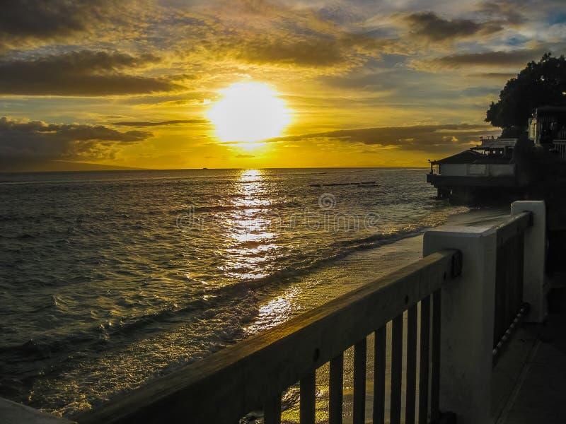 sikt från däcket av solnedgången över havet, I arkivfoto