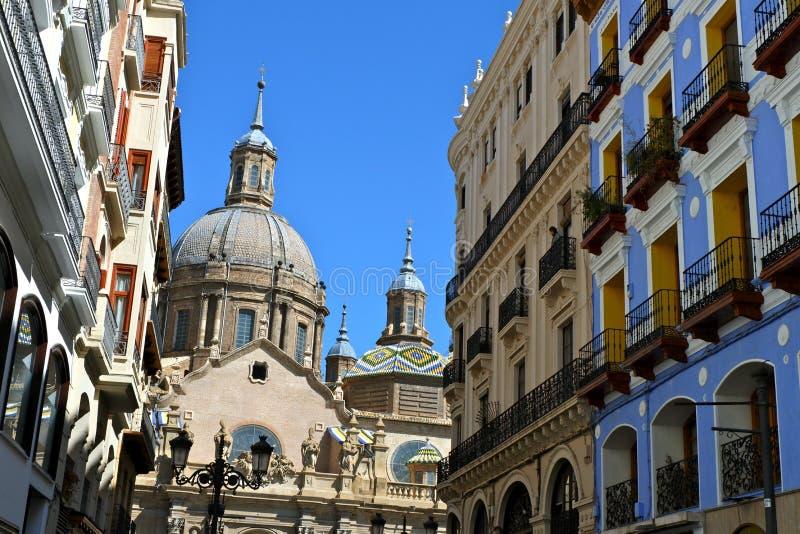 Sikt från den Alfonso gatan till El Pilar Cathedral i Zaragoza royaltyfria bilder