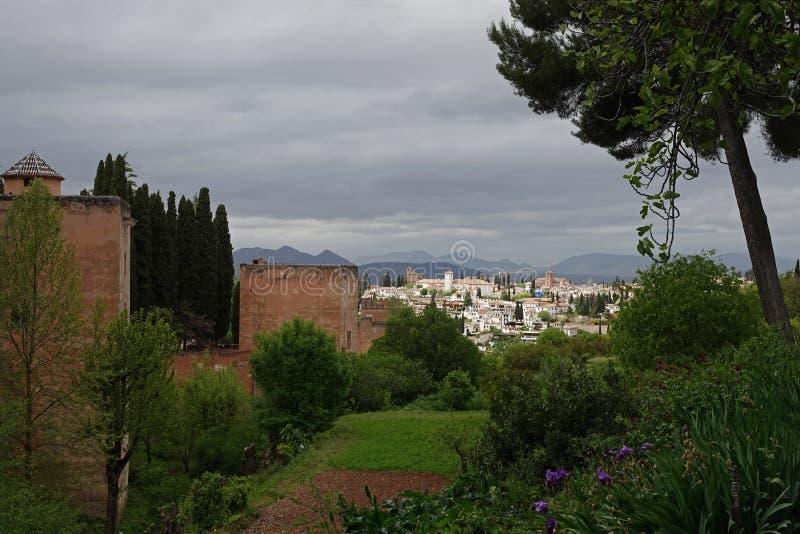 Sikt från den Alhambra fästningen till Albaicinen i Granada, Andalusia royaltyfria bilder