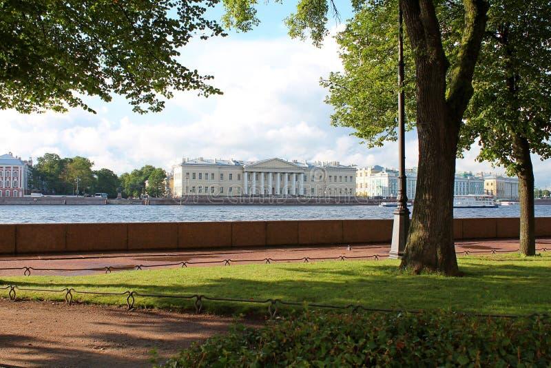Sikt från den Amiralitetet invallningen St Petersburg fotografering för bildbyråer