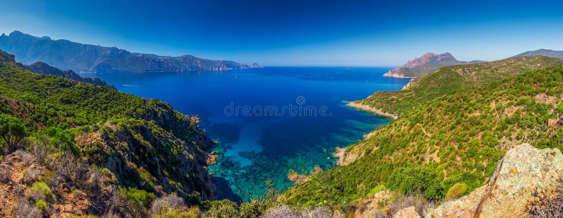 Sikt från den berömda kust- vägen D81 med sikt av Golfe de Girolata fotografering för bildbyråer