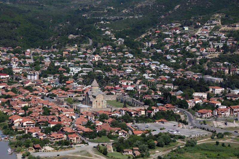 Sikt från den beskåda plattformen av den Jvari kloster på staden av Mtskheta royaltyfria foton