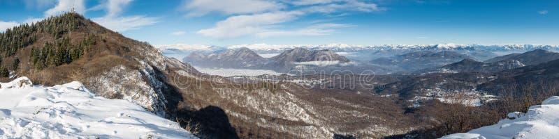 Sikt från den Campo deien Fiori av Varese, med nedanför Brinzio, Valcuvia, sjö Maggiore I bakgrunden fjällängarna Varese Italien arkivfoton