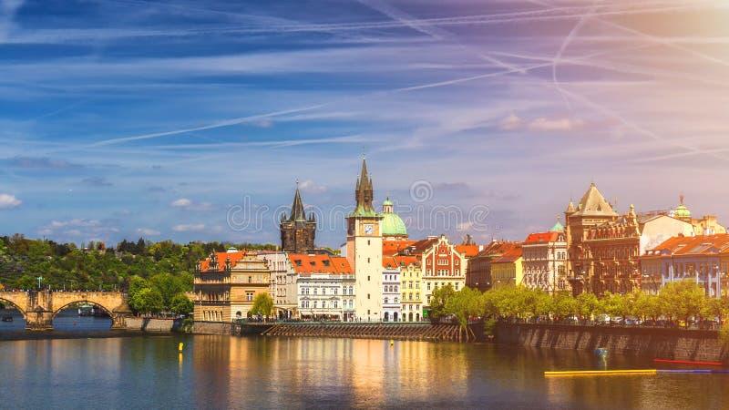 Sikt från den Charles bron till det Smetana museet på den högra banken arkivfoto