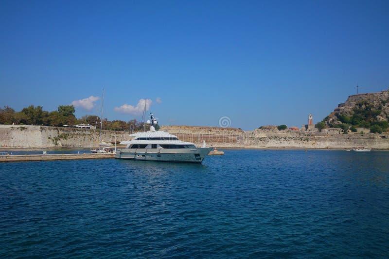 Sikt från den gamla fästningen för yachthamn, Korfu, Grekland royaltyfria foton