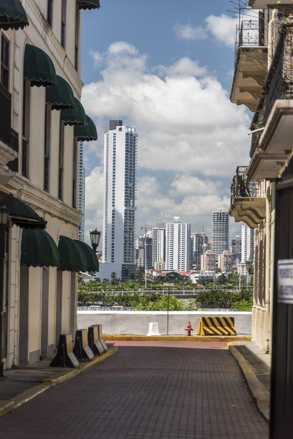 Sikt från den gamla staden tp de nya tornen av Panama City, Panama fotografering för bildbyråer