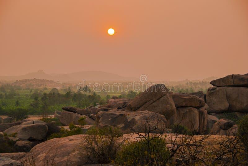 sikt från den Hemakuta kullen på solnedgången i Hampi i Indien royaltyfria foton