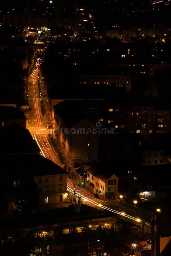 Sikt från den Ljubljana slotten Slovenien på nattstaden Byggnader och art?rer av gatorna Biltrafik flyg- sikt arkivfoto