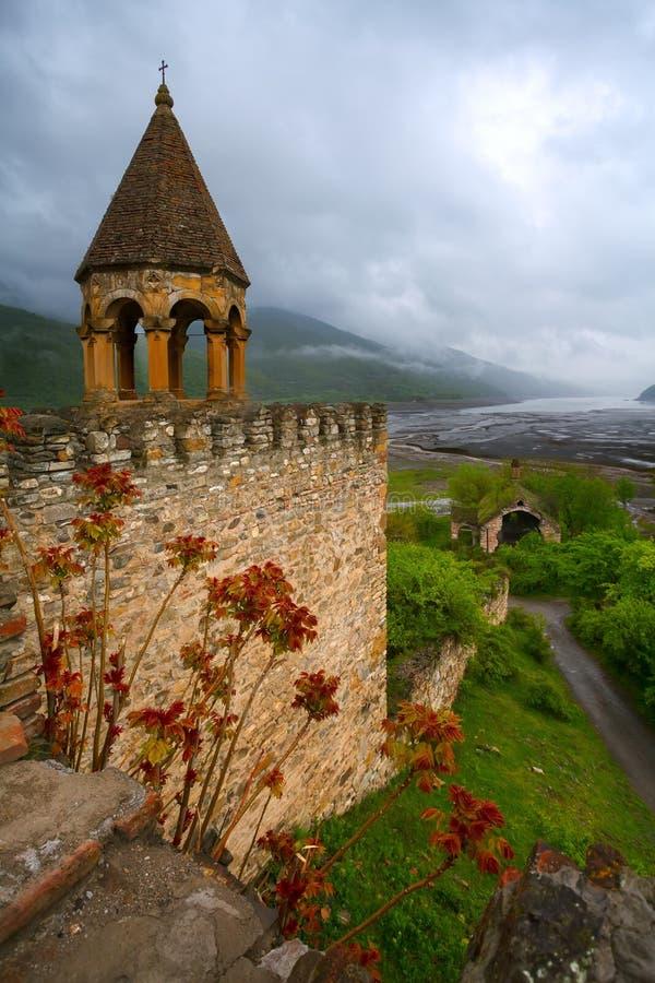 Sikt från den medeltida fästningen av Ananuri royaltyfri foto