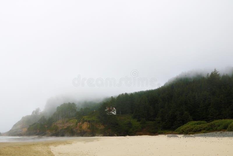 Sikt från den Montara stranden till Stilla havet på dimmig morgon royaltyfri bild
