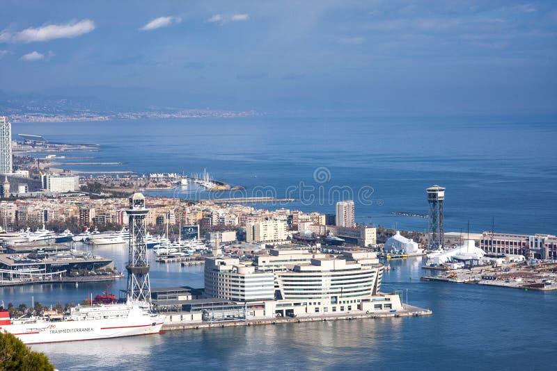 Sikt från den Montjuic slotten av Barcelona port med skepp, kabelväg, port Vell arkivbilder