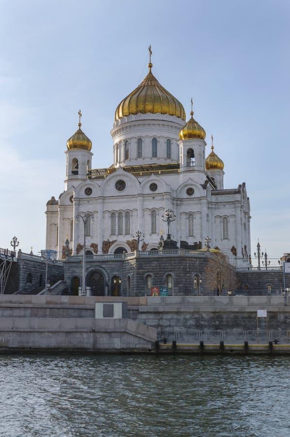 Sikt från den Moskva floden på domkyrka av Kristus frälsaren fotografering för bildbyråer