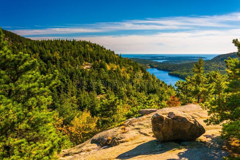 Sikt från den norr bubblan, i Acadianationalpark, Maine royaltyfri foto