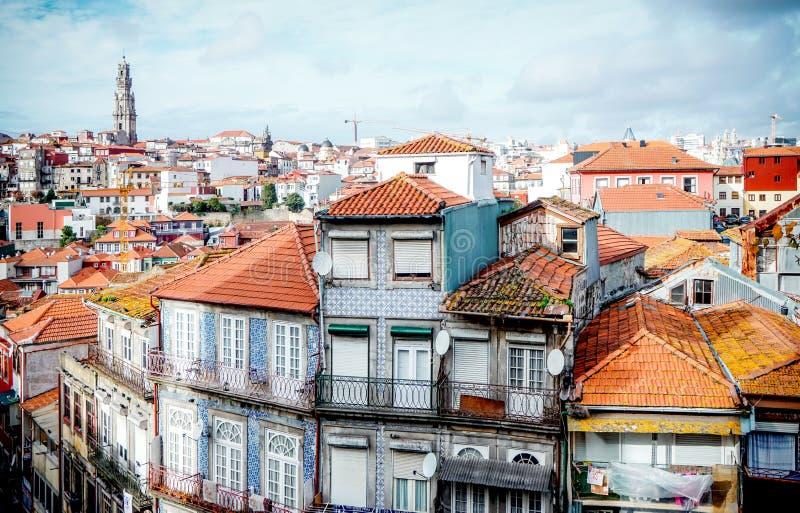 Sikt från den Porto domkyrkan till typiska historiska hus av Porto, med tornet av den Clerigos kyrkan långt i avståndet arkivfoto