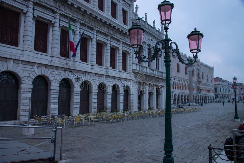 Sikt från den Riva deglien Schiavoni av Marciana det historiska nationella arkivet och den hertigliga slotten i Venedig, Italien royaltyfri foto