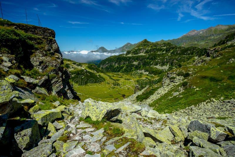 Sikt från den Rocky Alpine Trail Towards Lake Grà ¼nseen arkivfoton