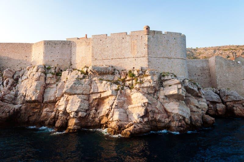 Sikt från det öppna havet till stadsväggarna av Dubrovnik royaltyfria bilder