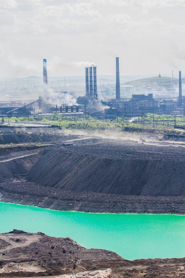 Sikt från det Magnitnaya berget och fundamentgropen med en sjö på dess botten i ljus grön färg för smaragd arkivfoto