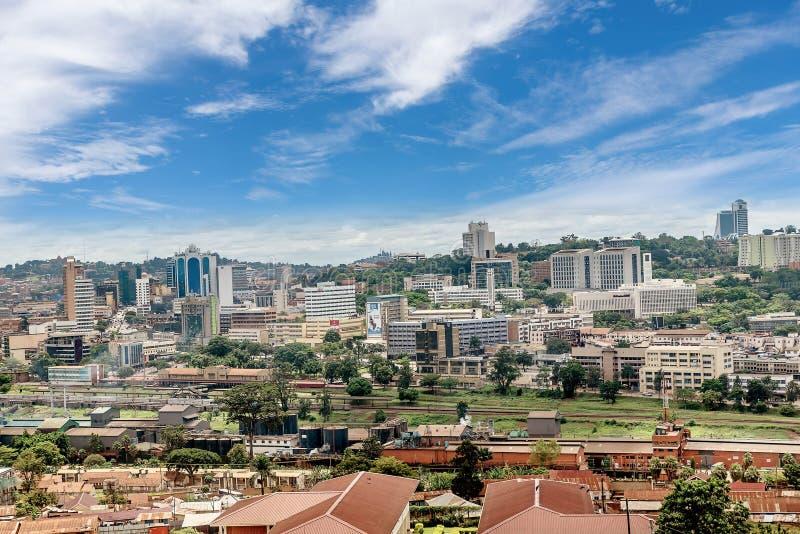 Sikt från det ovannämnt av huvudstaden Kampala i Uganda, Afric royaltyfri foto
