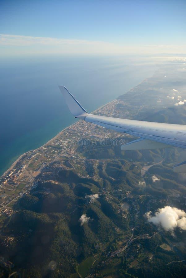 Sikt från det plana fönstret av en vinge fotografering för bildbyråer