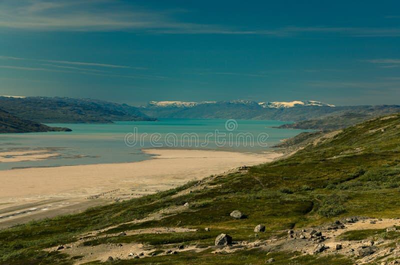 Sikt från en överkant av det Kokkenfjeldet berget ovanför Kangerlussuaq, västra Grönland royaltyfria bilder