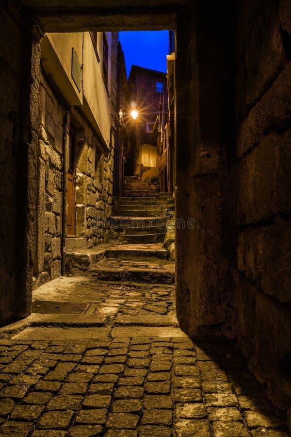 Sikt från en dörr till trappa i en gammal bystenstad arkivbild