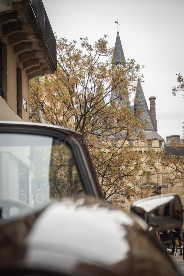 Sikt från en gammal konvertibel bil till stället av dörren Cailhau royaltyfria bilder