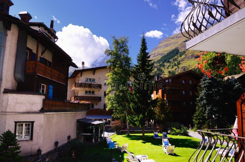 Sikt från en hotellbalkong i Zermatt, Schweiz royaltyfria foton