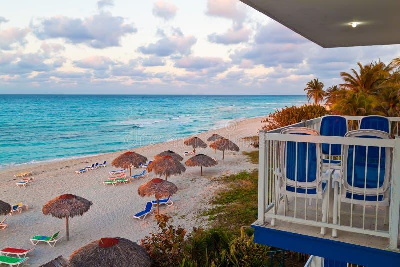 Sikt från en semesterort på den kubanska Varadero stranden royaltyfria bilder