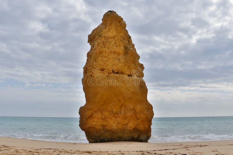 Sikt från en strand i Algarve royaltyfri bild