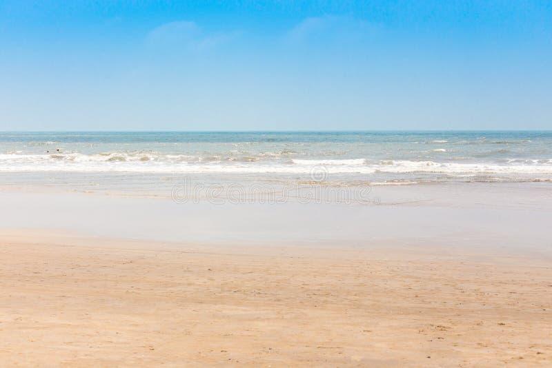Sikt från en tropisk sandig strand på turquisehavet med frikänden arkivfoton
