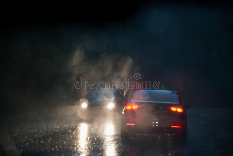 Sikt från engjord genomvåt vindruta på en bil framme och på mötande bilen royaltyfria foton