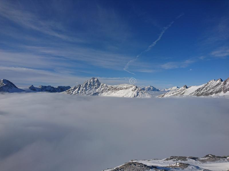 Sikt från ett berg i vinter royaltyfri bild