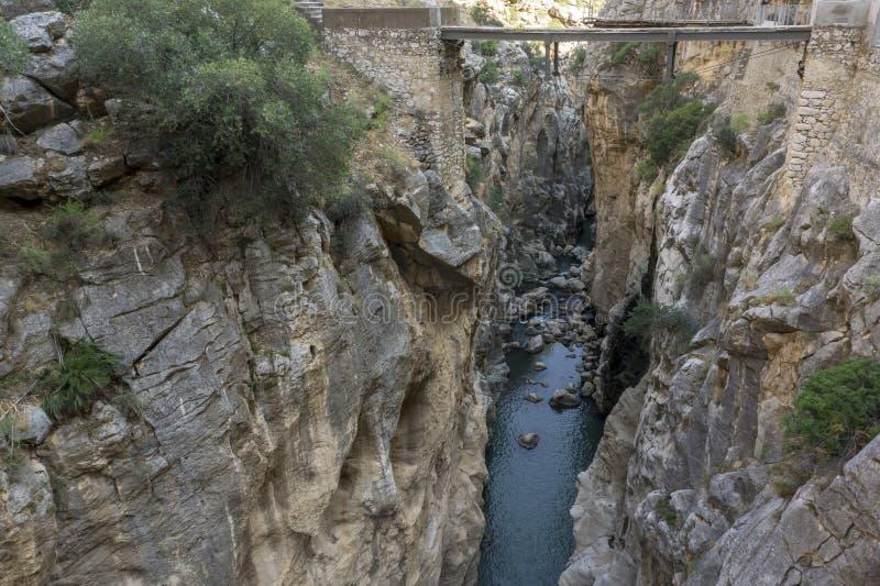 Sikt från ett berg som fotvandrar slingan Caminito del Rey chorro el P royaltyfri foto