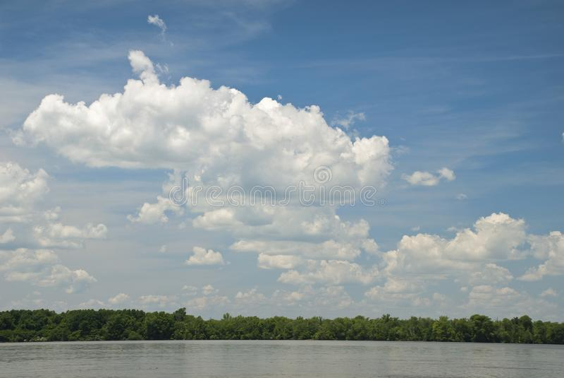 Sikt från ett fartyg av himlen av James River royaltyfri foto